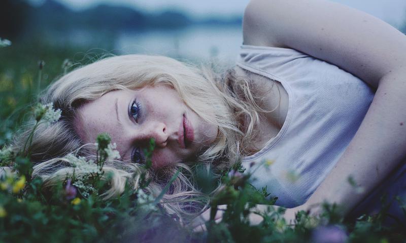 девушка трава блондинка  № 2678739 бесплатно